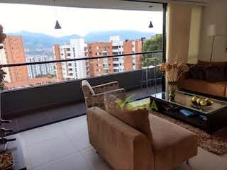 Una sala de estar llena de muebles y una gran ventana en Apartamento en venta en Envigado Sector Esmeraldal