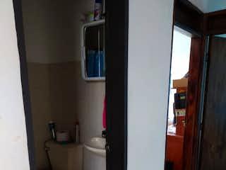 Un cuarto de baño que tiene un inodoro en él en  Venta de Casa en el  Sector Colegios, Rionegro