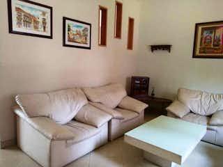Una sala de estar llena de muebles y una pintura en Casa en venta en La Floresta de 240mts