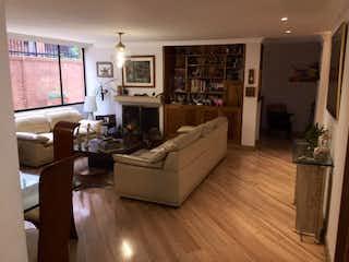 Una sala de estar llena de muebles y una chimenea en Apartamento En Venta En Bogota La Carolina