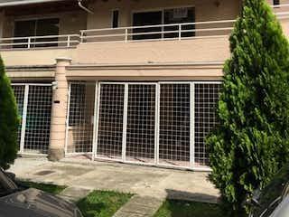 Una casa que tiene un árbol delante de ella en SE VENDE CASA EN LA MOTA  CERCA CLINICA DE LAS AMERICAS