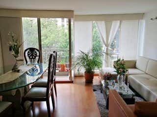 Una sala de estar llena de muebles y una gran ventana en VENTA DE APARTAMENTO EN TORRECOLINA MAZUREN