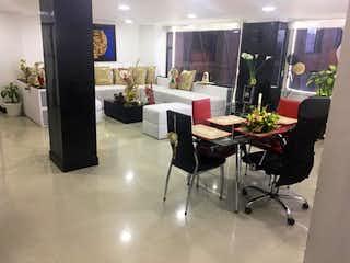 Una sala de estar llena de muebles y una lámpara de araña en Apartamento en venta en Salitre Greco II