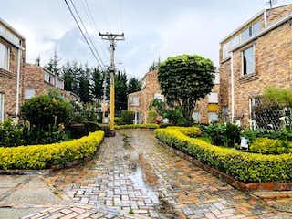Un edificio con un montón de flores en él en Casa En Venta En Bogota Mirandela