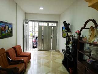 Una sala de estar llena de muebles y una ventana en Casa en Venta Santa Lucía, Medellín