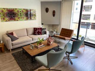 Una sala de estar llena de muebles y una gran ventana en Apartamento en venta rentando en Antiguo Country