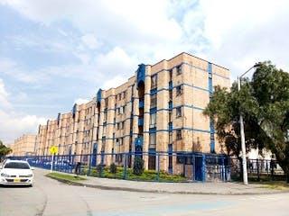 Un edificio muy alto sentado al lado de una calle en Apartamento en venta en Lago Timiza de 3 alcoba