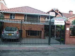Un gran edificio con un gran edificio en el fondo en Casa en venta en Casco Urbano Cota de 343m² con Bbq...