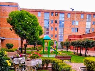 Un jardín con un banco y algunos árboles en Apartamento en venta en Castilla con acceso a Jardín
