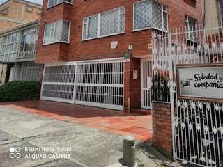 Un edificio de ladrillo con un letrero en la calle en Apartamento en venta en Barrio Teusaquillo de 4 alcobas