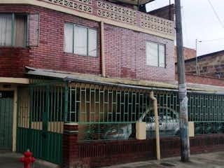 Un edificio que tiene una ventana en él en Casa en venta en Casco Urbano Madrid, 99m² con Jardín...
