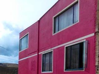Un edificio de ladrillo rojo con una puerta roja en Casa en venta en Chicó Reservado de 3 alcoba