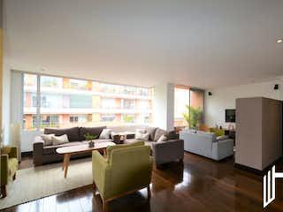 Una sala de estar llena de muebles y una televisión de pantalla plana en HERMOSO APARTAMENTO PARA VENTA A PASOS DEL PARQUE VIRREY