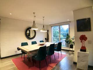 Una sala de estar llena de muebles y una gran ventana en APARTAMENTO VENTA ROSALES, BOGOTA T.