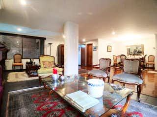 Una sala de estar llena de muebles y una chimenea en Apartamento en venta en El Nogal, 138m² con Bbq...