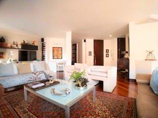Una sala de estar llena de muebles y una mesa en Apartamento en venta en Rosales de 3 hab. con Zonas húmedas...
