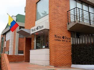 Un edificio de ladrillo con una bandera en él en VENTA CASA MONTE PINOS BOGOTA