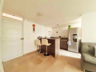 Una cocina con nevera y fregadero en Se Vende Apartamento en San Antonio de Prado