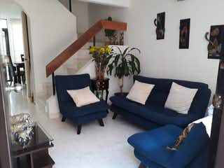 Una sala de estar llena de muebles y una planta en maceta en Casa en venta en Britalia de 87m²