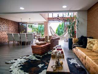 Una sala de estar llena de muebles y una chimenea en Casa en Venta EL CHOCHO