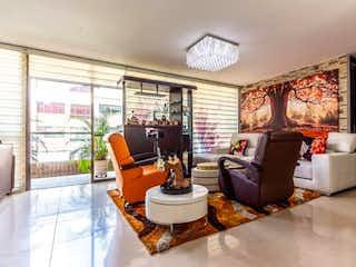 Una sala de estar llena de muebles y una ventana en Apartamento en Venta ZUÑIGA