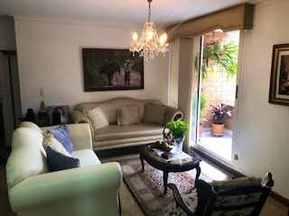 Una sala de estar llena de muebles y una gran ventana en Apartamento en Venta LAURELES