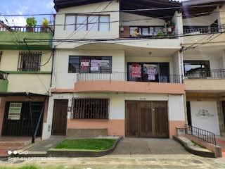 Un edificio con un reloj en el costado en Casa en Venta LA CASTELLANA