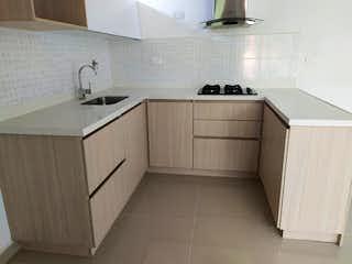 Una cocina con armarios blancos y electrodomésticos blancos en Apartamento en Venta SIMON BOLIVAR
