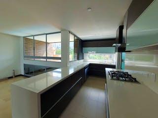 Un cuarto de baño con bañera y una ventana grande en Apartamento en Venta ALTOS DEL POBLADO