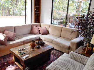 Una sala de estar llena de muebles y una gran ventana en Edificio Santa Ana 110