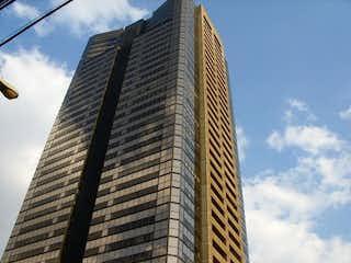 Un edificio muy alto con un gran edificio en el fondo en Penthouse en venta en Torre Lomas