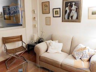 Una sala de estar llena de muebles y una pintura en VENTA DEPARTAMENTO LOMAS DE VISTA HERMOSA