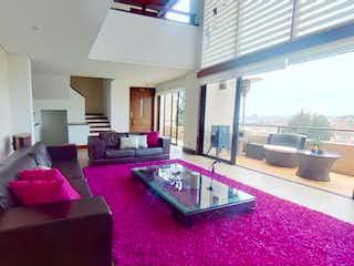 Una sala de estar llena de muebles y paredes púrpuras en Vendo Espectacular Casa Exclusiva