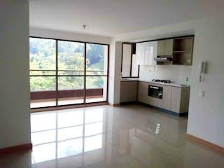 Una cocina con una ventana, un fregadero y una estufa en Apartamento en venta  Sabaneta sitio Campestre