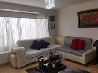 Una sala de estar llena de muebles y una televisión de pantalla plana en ZS-926 Casa en venta, Cedro Golf