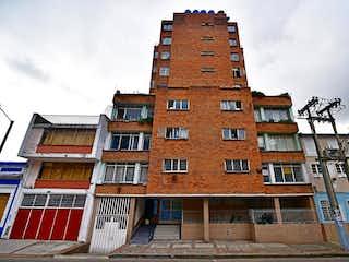 Un edificio de ladrillo alto con un reloj en él en Apartamento en venta en Las Aguas de 3 alcobas