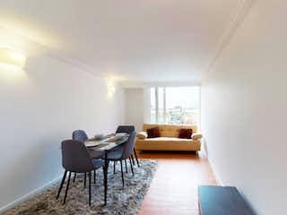 Una sala de estar llena de muebles y una televisión de pantalla plana en Apartamento En Venta En Bogota Verbenal