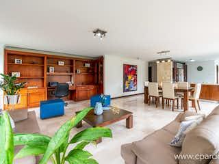 Una sala de estar llena de muebles y una chimenea en APARTAMENTO SECTOR EL TESORO