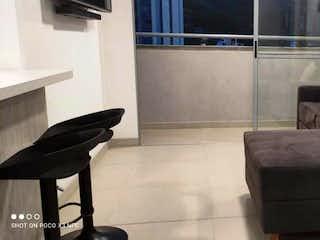 Una sala de estar llena de muebles y una ventana en Apartamento en venta en El Chinguí 62m²