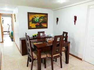 Una habitación con una mesa de madera y sillas en VENTA APARTAMENTO EN ENVIGADO LA FRONTERA
