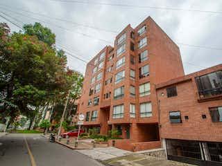 Un edificio de ladrillo con un letrero en la calle en Apartamento en venta en El Virrey de 2 hab.