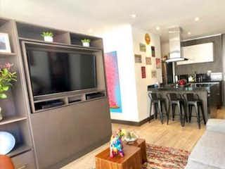 Una sala de estar llena de muebles y una televisión de pantalla plana en #p058 Espectacular Apartaestudio Chico Navarra Piso 3 Lateral