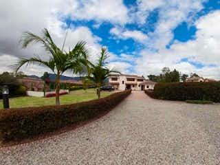 Una vista de una calle con un edificio en el fondo en Vende Casa Arboleda de Guaymaral