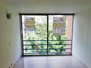 Un baño que tiene una ventana en él en Apartamento venta Los Colores Medellin, Antioquia
