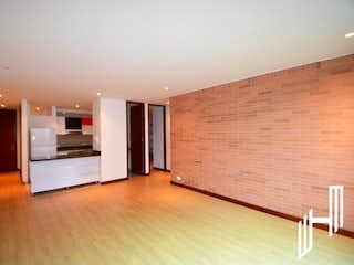Una cocina con nevera y una mesa en LINDO APARTAMENTO CON TERRAZA PARA VENTA EN SANTA BARBARA