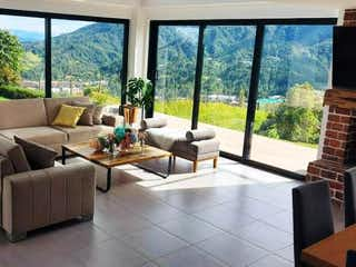 Una sala de estar llena de muebles y una gran ventana en Casa en venta en Loma Del Atravezado de 4 habitaciones