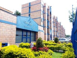 Un gran edificio con una señal en él en VENDO LINDO APARTAMENTO CARIMAGUA 127