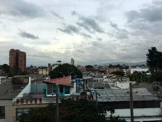 Una vista de una ciudad con un edificio en el fondo en Apartamento En Venta En Bogota La Soledad-Teusaquillo