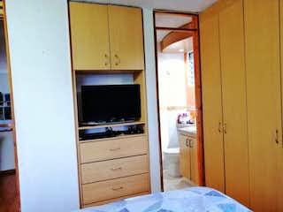 Un dormitorio con una cama y tocador en ella en VENDO APTO EN HAYUELOS EXTERIOR - ESQUINERO