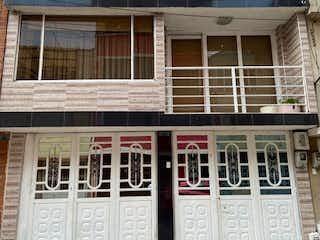 Un edificio con un gran ventanal delante de él en Casa en venta en Bosques De Mariana de 7 habitaciones